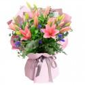 Ramo de 10 Varas de Liliums Rosados más Flores moradas y Eucalipto